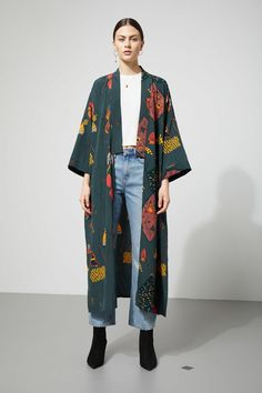 The Bass Kimono is a throw-on-and-go piece that easily creates the whole look. This light kimono has dropped shoulders, short wide sleeves and a wrapping b Source by Poseideon Look Kimono, Kimono Outfit, Kimono Fashion, Hijab Fashion, Fashion Outfits, Kimono Style, Kimono And Jeans, Kimono Abaya, Kimono Coat