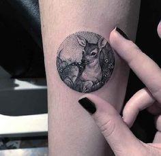. Die türkische Tätowiererin Eva Krbdk arbeitet in einem renommierten Tattoostudio in Ankara. International bekannt wurde die junge Künstlerin vor allem durch ihre originellen Cross-Stitch Tattoos. Hier zeigt sie ihr Können bei kleinen kreisrunden Miniatur-Tattoos. mehr Infos zu Eva Krbdk: Insta…