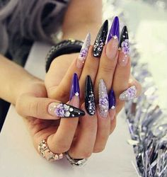 <p>Ormai si sa, le nail artist sono sempre alla ricerca delle forme e delle lunghezze più originali per stupire. Le unghie a punta, dette anche a Stiletto, sono uno dei modi più spettacolari e artistici per mettere alla prova le proprie capacità. Realizzate prevalentemente con allungamento a cartina, sono spesso …</p>