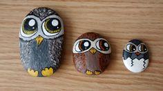 Familia de buhos pintados en piedras con pintura acrílica a mano