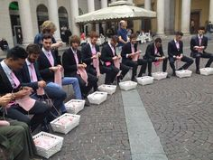 Men knitting in the center of Milan. (a sort of flashmob to support a campaign raising funds to fight breast cancer). Knitting Quotes, Knitting Humor, Knit Art, Crochet Art, Yarn Bombing, Yarn Shop, Yarn Crafts, Handmade Home, Crochet Projects