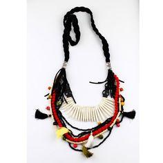 Collar realizado con borlas, cuernos de howlita, calaveras y trenza de antelina
