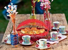 Este cesto para pão, doces e bolos confeccionado em bamboo e com delicada pintura a mão é uma peça charmosa e cheia de estilo para sua mesa de café ou lanche. Possui uma tampa retrátil com tela. http://www.laris.com.br/cesto-para-pao-color-vermelho-p3813/