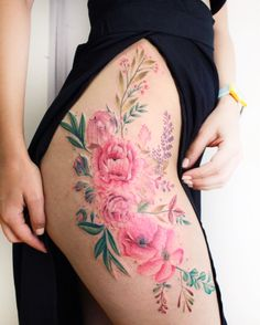 The flower thigh tattoo is very feminine and sexy. See a gallery of the most amazing flower thigh tattoo for women, and get one. Hip Tattoos Women, Sexy Tattoos, Cute Tattoos, Body Art Tattoos, Tatoos, Mini Tattoos, Flower Hip Tattoos, Floral Thigh Tattoos, Tattoo Thigh