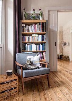 Fröhlich in den Frühling: Der März auf SoLebIch | SoLebIch.de  #cat #books #interior #livingroom #sessel #woodenfloor #coffee #flowers #spring #cosy