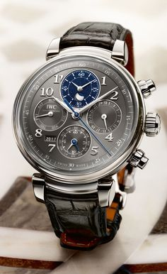 IWC lanciert den Da Vinci Ewiger Kalender Chronograph in Stahl mit grauem Zifferblatt.