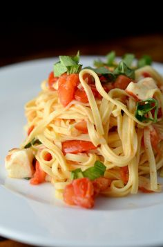 Recipe for counter-marinated tomato and garlic pasta. So flavorful and easy with just a handful of ingredients!