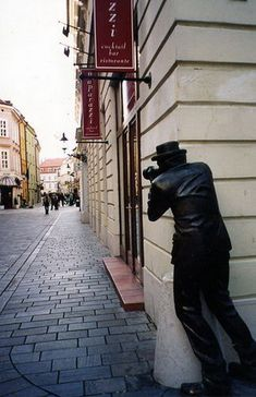 This unique statue may look awfully strange, but if you see it in Bratislava, Slovakia it will make more sense. The statue is located right in front of the Paparazzi restaurant. Wassily Kandinsky, Throughout The World, Around The Worlds, Funny Statues, Outdoor Art, Public Art, Installation Art, Sculpture Art, Anatomy Sculpture