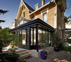 Une extension bien pensée - Les Vérandas du Golf Extension Veranda, Glass Room, Villa, Victorian Homes, Sunroom, Curb Appeal, Interior Architecture, Terrace, Pergola