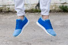 Sneaker Levitation mit Adidas Los Angeles in Blautönen dazu eine weiße Hose von Dooa mit Pinrolls