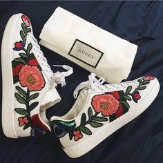 Florale Muster von Kopf bis Fuß: Gucci ist zurück und trifft mit diesen blumigen Sneakers genau ins Schwarze. We love it! Sneakers / Schuhe / Sommerschuhe #shoes #gucci #sneaker | Stylefeed