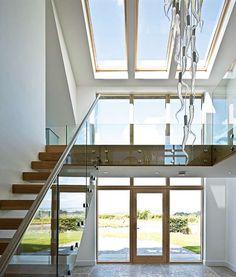 double height hallway atrium with light fitting with 33 hand-blown glass icicle doppelt hohes Fluratrium mit Leuchte mit 33 mundgeblasenem Glaseiszapfen Atrium House, House Entrance, Atrium Windows, Bungalow Renovation, Stairs Architecture, Interior Stairs, House Stairs, House Extensions, Staircase Design