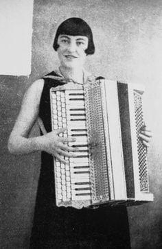 Ragnhild Bech, Portträt der dänischen Akkordeonistin aus der Sammlung von Dragspelsexpo aus Ransäter, Schweden, auf Flickr. Stichworte: #Accordion #Art #Player #Photography #Vintage #Portrait