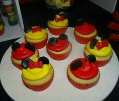 Cupcakes decorados con buttercream y figura de mickey y minnie