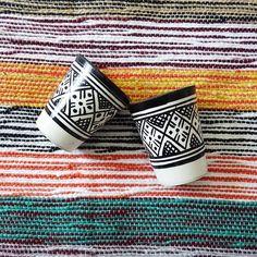 La tasse en céramique est confectionnée et peinte à la main à Fès. La vaisselle marocaine est réputée dans le monde grâce au zwak qui est un motif traditionnel de Fès, à la matière noble utilisée et à sa résistance aux chocs de la vie d'une vaisselle.