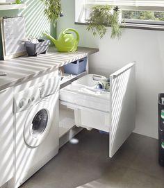 Tvättkorg monterad i låda | It's Design Home, Lavanderia, Sweet Home, Laundry Room, Laundry, Furniture, Interior, Washing Machine, Home Appliances
