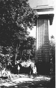 """Jastrzębia Góra, wieża """"Światowid"""" wybudowana przez spółkę Jastgór w 1938 roku. W betonowej konstrukcji umieszczono windę, która miała za zadanie zwozić wczasowiczów z wysokiego, ponad 30-metrowego klifu na plażę. Wybuch wojny odsunął te plany nieco w czasie. Windę udało się uruchomić dopiero w 1966 r. Funkcjonowała niespełna trzy sezony, przewożąc rocznie aż 60 tys. osób! Niestety na skutek m.in. niszczącej działalności fal morskich w 1982 roku runęła na plażę.    zdjęcie: naszekaszuby.pl"""