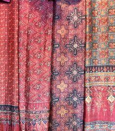 ผ้าลายอย่าง Thailand Outfit, Thailand Fashion, Thai House, Art And Architecture, Fasion, Trek, Vintage Dresses, Ethnic, Bohemian Rug