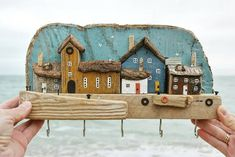 L'artiste anglaise Kirsty Elson Designs imagine et créée des petits mondes Wood Block Crafts, Wooden Crafts, Driftwood Projects, Driftwood Art, Into The Woods, House In The Woods, Siena, House Ornaments, Timber House