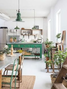 This space is so beautifully decorated with pretty accents along with nice color on the walls. I love the paint which I find inspiring. Binnenkijken in een mix van vintage, industrieel en curiosa - Alles om van je huis je Thuis te maken Green Kitchen, New Kitchen, Kitchen Decor, Kitchen Ideas, Kitchen Plants, Kitchen Interior, Decorating Kitchen, Interior Plants, Design Kitchen