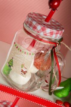 Χριστουγεννιάτικες μπομπονιέρες βάπτισης για αγόρι και κορίτσι κούπα γυάλινη με καρό καπάκι και χριστουγεννιάτικο αυτοκόλλητο