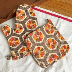 1960s 70s unused oven mitt and pot holder set in Etsy! Two sets available. 1970s Kitchen, Pot Holders, 1960s, Oven, Etsy, 70s Kitchen, Hot Pads, Potholders, Sixties Fashion