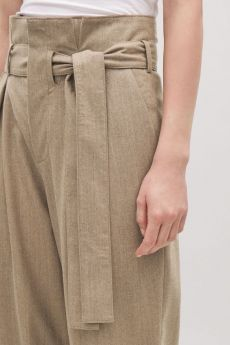 Model side image of Cos lightweight belted wool trousers in beige Trousers Women Outfit, Mens Slacks, Shorts Outfits Women, Mens Dressing Styles Casual, High Waisted Slacks, Suits For Women, Women Wear, Fashion Pants, Fashion Outfits