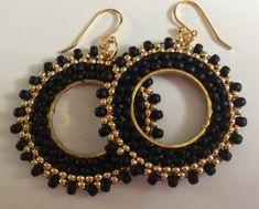 Aretes pendientes de aro pequeño negro y oro con cuentas