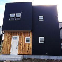 女性で、3LDKの黒と白と無垢檜/上げ下げ窓/オーストラリア檜/サーファーズハウス/注文住宅…などについてのインテリア実例を紹介。「ブラックカラー☆ガルバリウムの家」(この写真は 2016-01-01 02:38:22 に共有されました) House Entrance, Modern House Design, Facade, Villa, Backyard, Exterior, Architecture, Outdoor Decor, Room