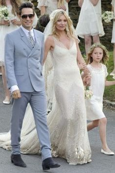 Kate Moss wearing John Galliano at her wedding with Jamie Hince, wearing YSL and daughter Lila Grace. Celebrity Wedding Dresses, Designer Wedding Dresses, Celebrity Weddings, Kate Moss Wedding Dress, Wedding Dress Gallery, Slinky Wedding Dress, Estilo Kate Moss, Jamie Hince, Kate Moss Stil