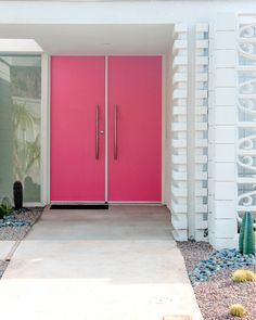 We decorate with bright colors here. I just love this bright pink door in Palm Springs. Modern Door, Mid-century Modern, Modern Entrance, Palm Springs Style, The Doors, Front Doors, Front Porch, Blue Shutters, Style Deco
