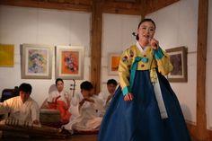 우리춤 한마당 공연과 양혜정님과 함께 취옹예술관 2014년12월 14일   우리춤 한마당 공연이 가평의 전통한옥으로 지어진 취옹예술관에서 열렸습니다.. 동국대학교 이희병교수님의 사회로 진행이 되었습니다.. 전통가무악단인 예인도당은 염불, 타령, 삼현육각을 공영하고, 판소리의 정상희님은 흥보가의 박타령을 공연하고, 춤매 양혜정님은 살풀이춤,진도북춤을 공연하고, 이은지님은 경기민요를 공연했습니다...  우리들한의원 홈피 Wooreedul Korean Medicine Clinic English HP http://www.iwooridul.com/english 日本語HP http://www.iwooridul.com/japan 中國語 HP http://www.iwooridul.com/chinese  우리들한의원 무료앱 다운법 사상체질진단가능 free app. sasang diagnosis program. http://www.iwooridul.com/app-update