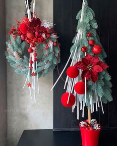 Here are 16 awesome ideas for diy Christmas decorations. Winter Wonderland Christmas, Winter Christmas, Christmas Time, Christmas Door Wreaths, Christmas Wishes, Christmas Tree Decorations, Holiday Decor, Crafts To Do, Flower Arrangements