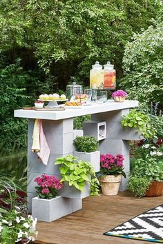 Build an Outdoor Bar Entirely from Concrete Blocks - Grab a partner and some gloves to put together this cinder block bar. Its strong base will stand up - Garden Garden backyard Garden design Garden ideas Garden plants Diy Patio, Backyard Patio, Backyard Landscaping, Landscaping Ideas, Diy Outdoor Bar, Backyard Ideas, Cheap Patio Ideas, Outdoor Serving Cart, Landscaping Blocks