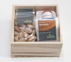 Houten box met heerlijke thee, snoepjes en een bakje geluk. Met zo'n kado zit je altijd goed!