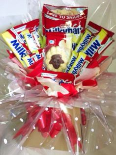 Milky bar chocolate bouquet Chocolate Christmas Gifts, Chocolate Gifts, Homemade Christmas, Candy Bouquet Diy, Diy Bouquet, Milky Bar Chocolate, Chocolate Bouquet Diy, Sweet Hampers, Chocolate Hampers