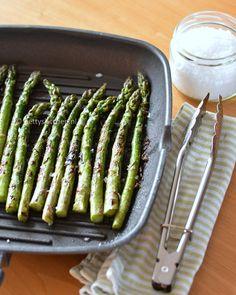Kun je geen genoegen krijgen van asperges? Maak dan eens deze gegrilde groene asperges. Een lekker en makkelijk bijgerecht voor bij kip, vlees, vis etc. Veggie Recipes, Cooking Recipes, Healthy Recipes, Healthy Food, Healthy Diners, Vegas, How To Cook Asparagus, Happy Foods, Food Blogs