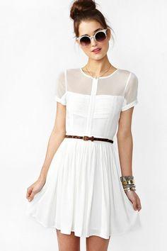 Un vestido blanco siempre resuelve y lo podemos aderezar como queramos !