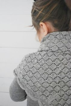 Barnkammaren klader sjal-gra-escensia html Diy Scarf, Hand Knit Scarf, Crochet Shawls And Wraps, Knitted Shawls, Lace Patterns, Knitting Patterns, Knitting Yarn, Hand Knitting, How To Purl Knit