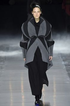 See the complete Issey Miyake Fall 2016 Ready-to-Wear collection.