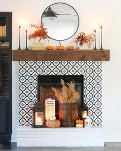 Fall Mantle Decor, Fall Home Decor, Autumn Home, Farmhouse Christmas Decor, Modern Farmhouse Decor, Outside Fall Decorations, Porch Decorating, Home Decor Inspiration, Fall Season