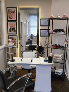 Home nail salon's small salon, small beauty salon ideas, home beauty salon, home Home Beauty Salon, Home Nail Salon, Nail Salon Design, Beauty Salon Decor, Salon Interior Design, Small Beauty Salon Ideas, In Home Salon, Beauty Studio, Manicure Station