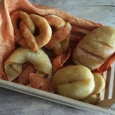 Salzteig Brote - Die Ausstattung für den Kaufmannsladen muss man nicht teuer kaufen, denn vieles lässt sich ganz preiswert selber machen bzw. ... Brit, Salt Dough, Pasta, Hot Dog Buns, Food, Kindergarten, Material, Kids, Handmade