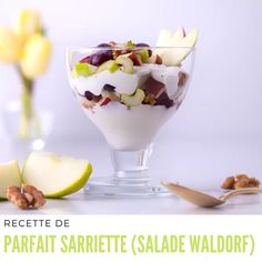 Mélanger le céleri, la pomme, les raisins et les noix de Grenoble, et touiller le tout doucement. #saladewaldorf Parfait, Raisin, Yogurt, Pudding, Desserts, Food, Waldorf Salad, Plain Greek Yogurt, Veggie Dishes