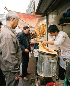 PERFORMANCE ART Making jian bing, a crêpe wrapped around egg and fried dough. Street Food Market, Street Vendor, Best Street Food, Chinese Street Food, Chinese Food, Chinese Breakfast, Visit Shanghai, Food Business Ideas, China Travel