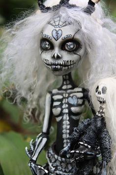"ooak monster high Sugar Skull Mermaid ""Ursula"" by Anne Marie Gibbons Monster High repaint/custom Custom Monster High Dolls, Monster Dolls, Monster High Repaint, Custom Dolls, Monster Girl, Zombie Dolls, Scary Dolls, Ooak Dolls, Blythe Dolls"