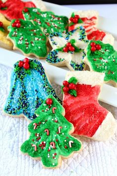 These Christmas Sugar Cookies are not only decorated beautifully, they are so delicious and make your holiday table look so festive! A Christmas tradition! Christmas Sugar Cookies, Christmas Sweets, Christmas Goodies, Holiday Cookies, Holiday Cupcakes, Christmas Dishes, Fancy Cookies, Christmas Cakes, Christmas Kitchen