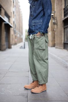 I usually don't post these sort of decapitated shots, but the line of this guy's pants is so great. Baggy but streamlined. Unisex Fashion, Mens Fashion, Army Pants, La Mode Masculine, Well Dressed Men, Looks Style, Mode Style, Military Fashion, Work Wear