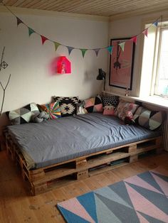 Pallet bed with storage, how to make a pallet bed step by step, how . - Pallet bed with storage, how to design a pallet bed step by step, how to design a queen size pallet - Pallet Daybed, Pallet Furniture, Wooden Pallet Beds, Pipe Furniture, Diy Pallet, Furniture Design, Diy Bed, New Room, Room Inspiration