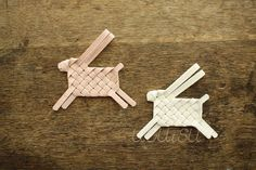 Woven linen rabbits, could do with star paper Easter Crafts, Christmas Crafts, Crafts For Kids, Arts And Crafts, Diy Crafts, Japanese Stationery, Paper Weaving, Kawaii, Cool Diy